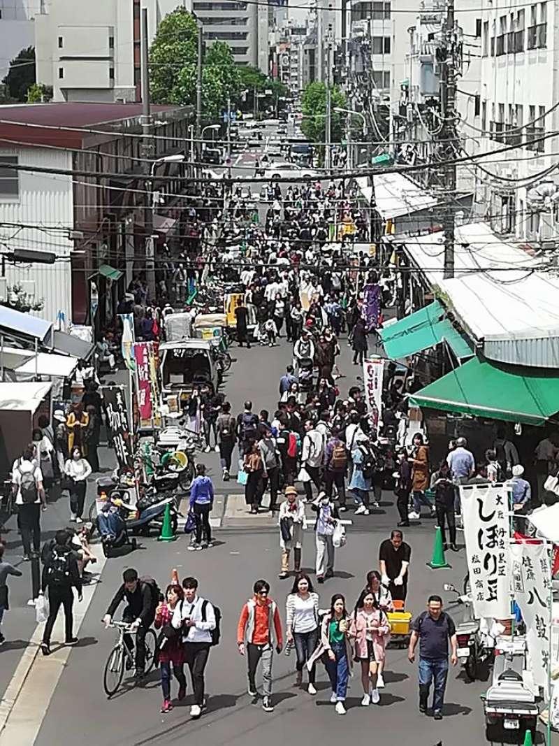 Tsukiji fish market crowded with tourists.