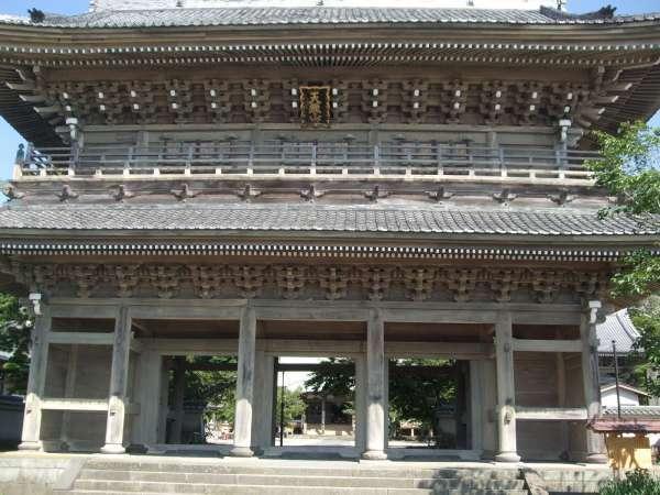 The magnificent gate of Komyoji Temple