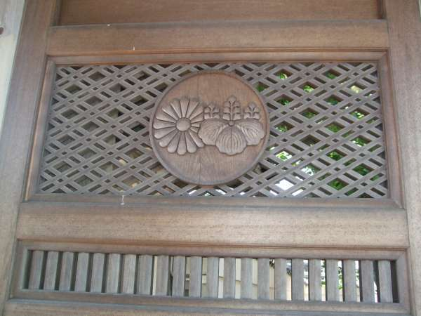 The two family crests on the gate door of Komyoji Temple