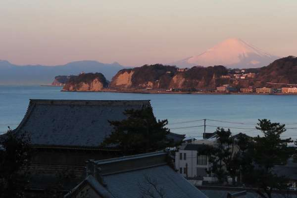 The rooftop of Komyoji Temple and Mt. Fuji in the distance
