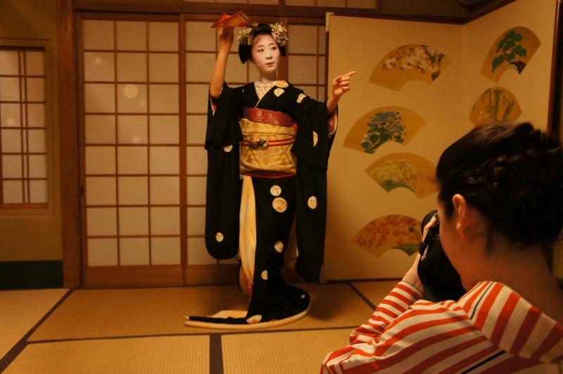 Enjoy a maiko dance performance