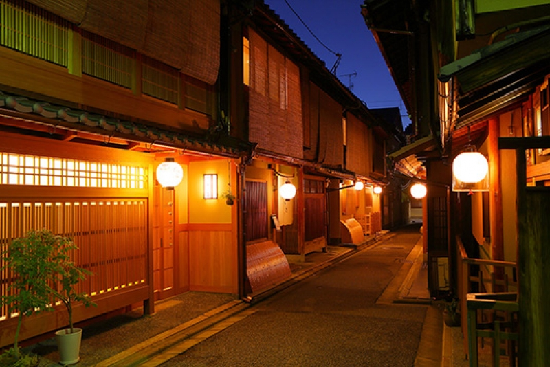 Walk along the geisha district street !