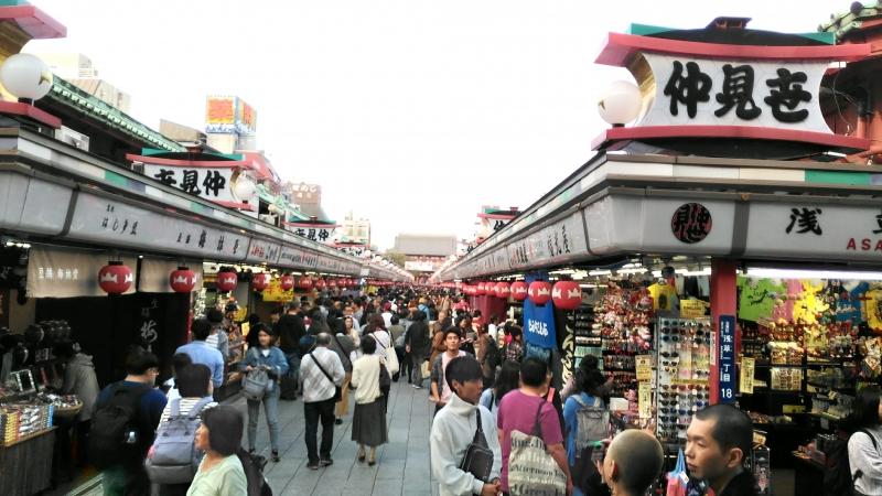 满街都由来自各国各地游客拥挤的仲见世商业街
