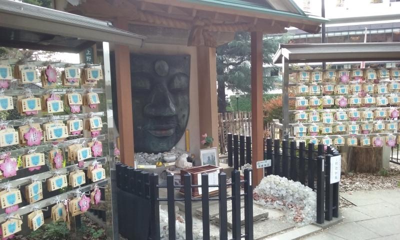 Il volto del grande Buddha nel parco di Ueno.