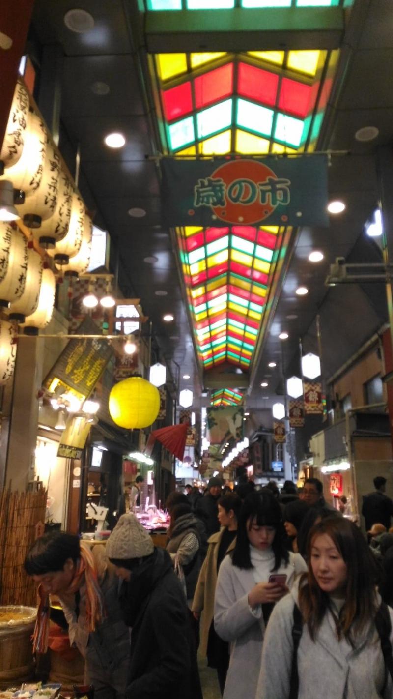 Nishiki market: the kitchen of Kyoto where food and souvenirs are plenty.