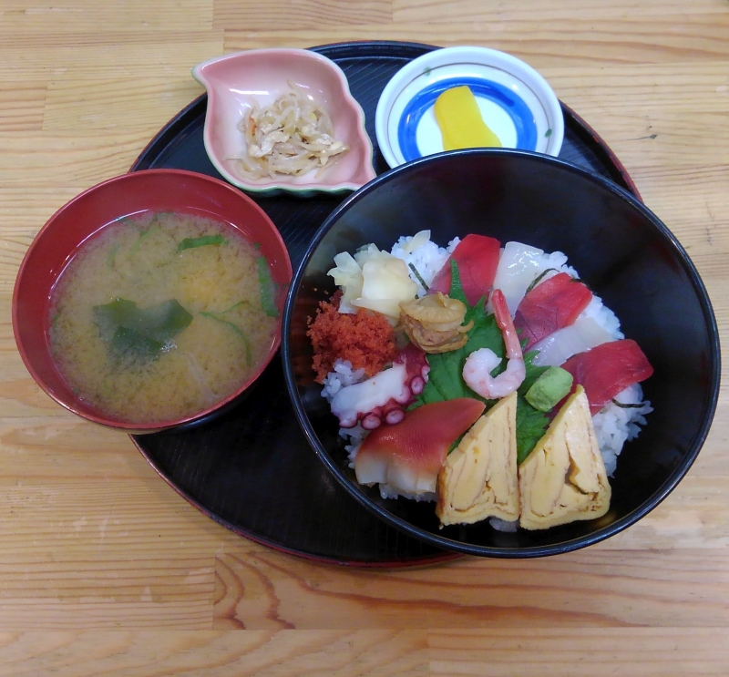 This kaisen-don (rice bowl topped with seafood) costs only 500 yen!