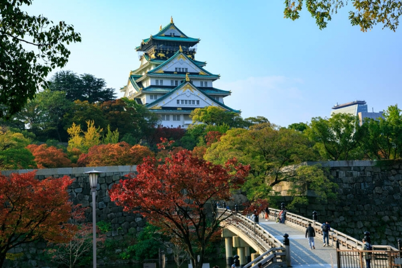 This is a picture of Osaka castle taken from the east. The castle had glory and tragedy. The present castle was built in the third times.