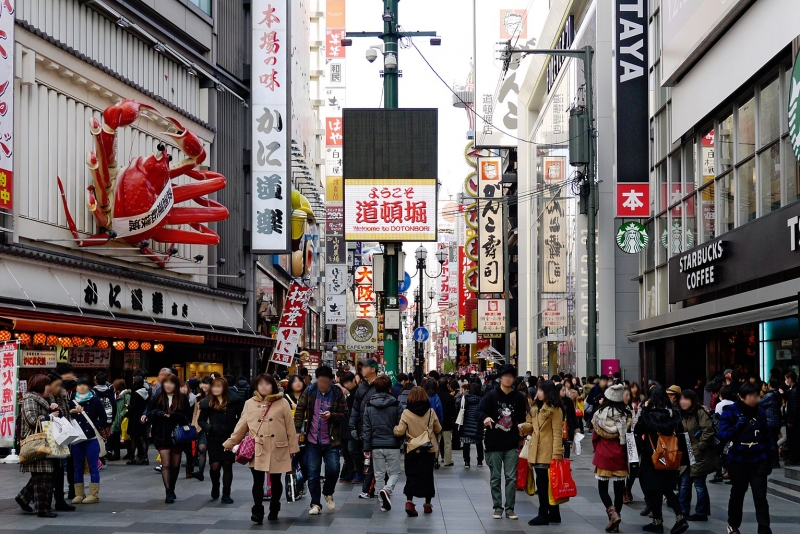 Here is the center of the famous Doton-bori. Enjoy various food sold along the street. Many people eat while walking.