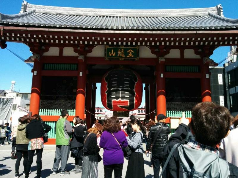The gigantic red lantern on Kaminarimon Gate of Senso-ji Temple is impressive.
