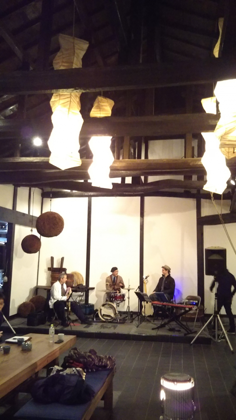 Jazz live performace over drinking,Daimon