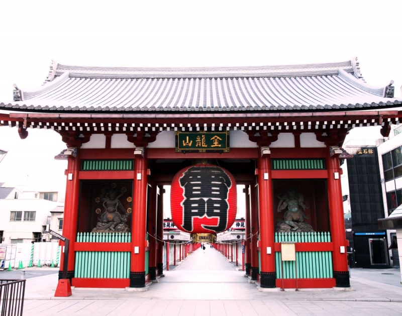 This is a picture of Kaminari Gate in Asakusa.   After walking through Nakamise street, there is Sensoji Temple.