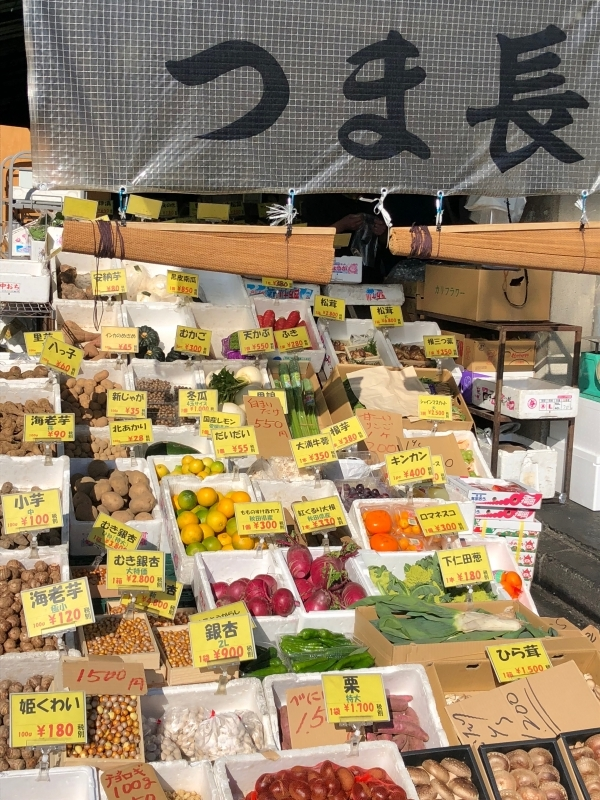 You will find seasonal vegetables and fruits in the market.