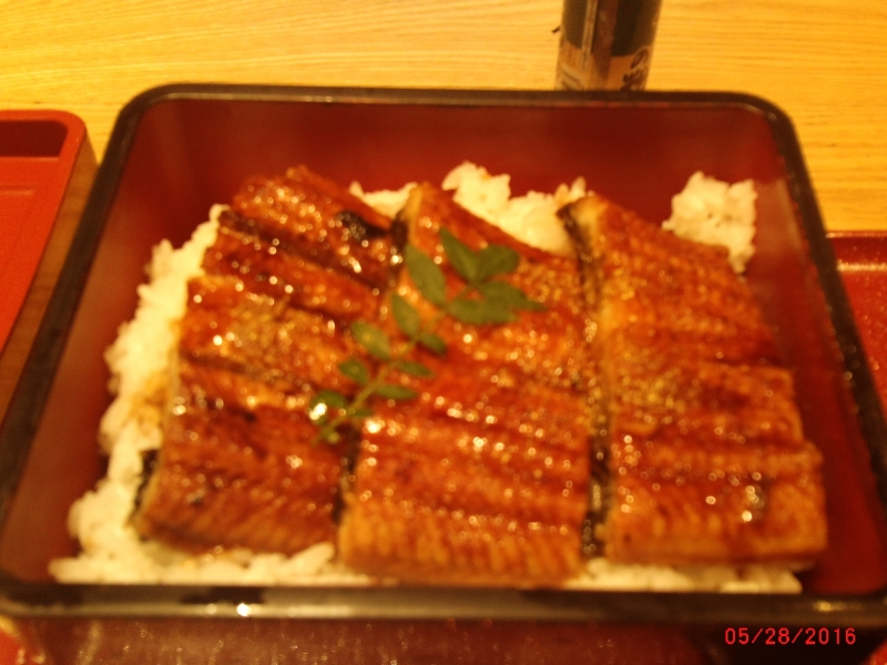 meal served in a wooden box, in which nicely cooked and flavored eel is placed on rice