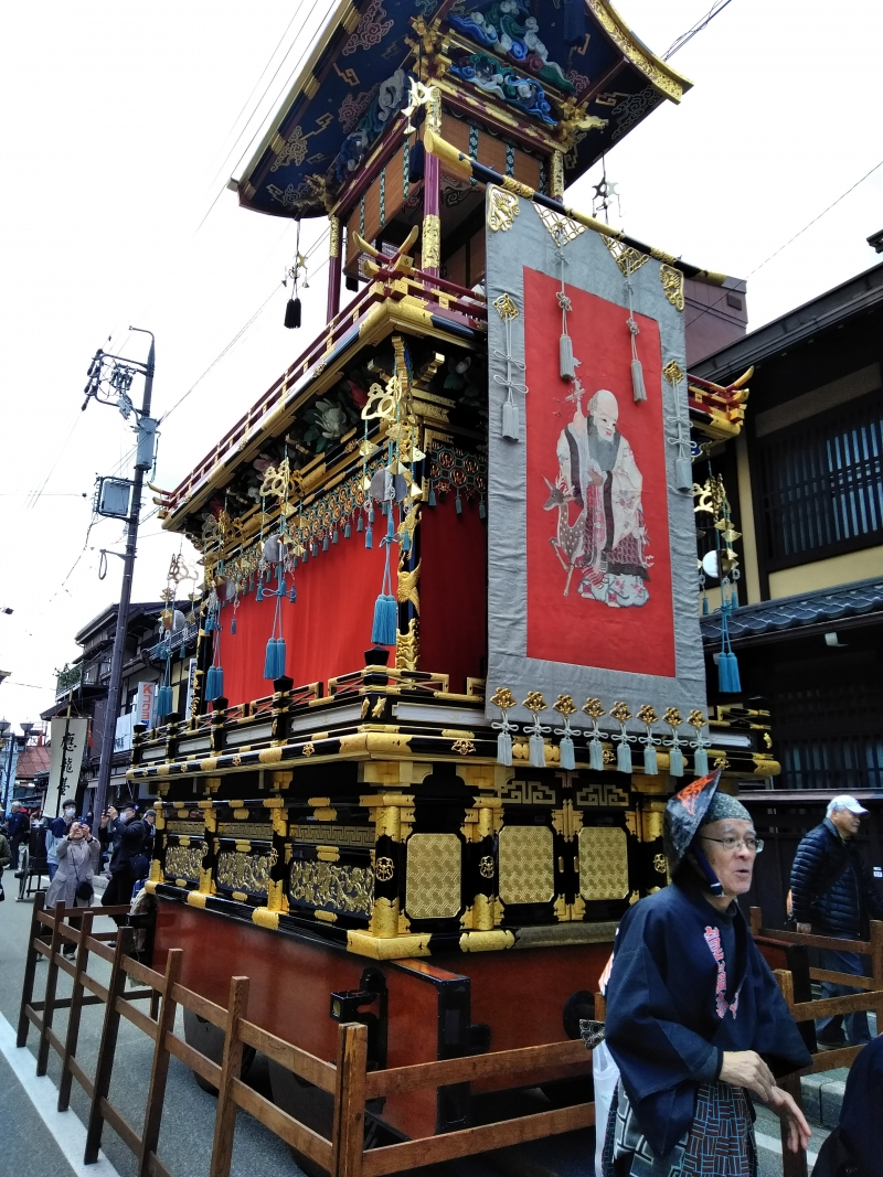 Craftsmanship of carpenters can be seen in the floats of Takayama festival, which achieved Unesco status. The tradition dates back over 1300 years ago. The artisans even served to build temples and shrines in Nara and Kyoto, the old capitals of Japan. Wooden materials, urushi lacquer, wood carving, etc. They are gorgeous.