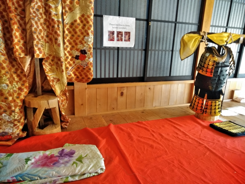 You can try on traditional kimono and armor for free of charge for photos. (Tsumago)
