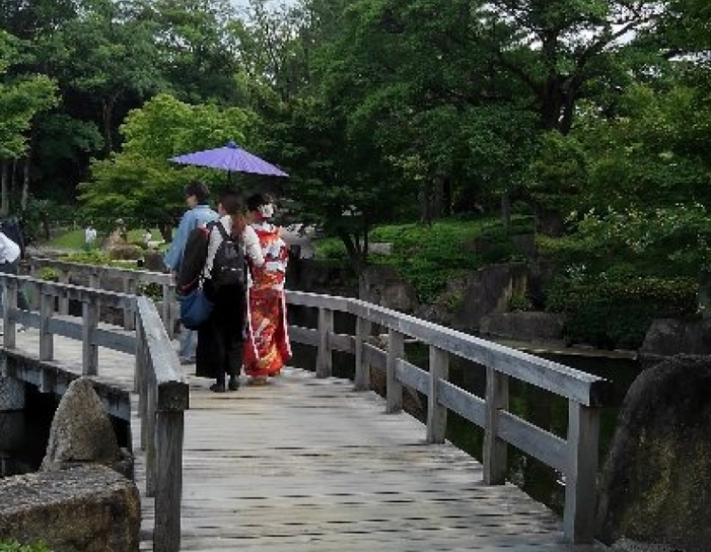 If you are lucky, you can see wedding couple at Tokugawaen Garden