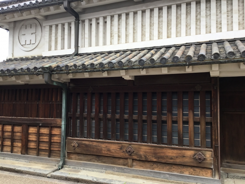 Townhouses in the style of Hiraya with a roof of Hongawara-buki(formal tile roofing) or Sangawara-buki (clay sangawara tile roofing) or Tsushi-nikai(low-ceilinged second floor) townhouses are lined along the street.