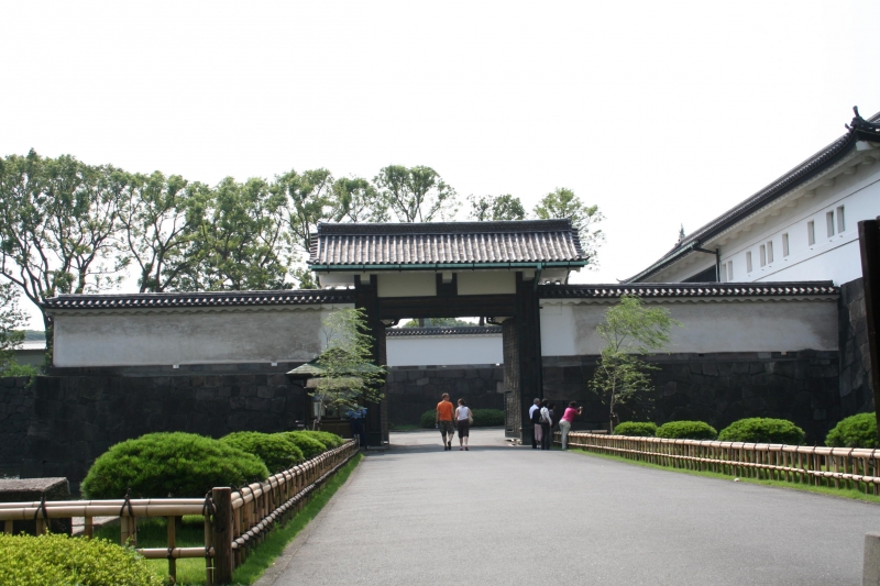 Sakurada-mon gate: In the Edo period this gate was used as the main entrance on the route to Edo castle by feudal lords. This gate was so named Sakurada-mon gate because this are was called Sakurada-go (town) in the past.  Today this gate is the entrance to the East Garden of Imperial Palace where you can reminiscent of main castle keep of Edo Castle.