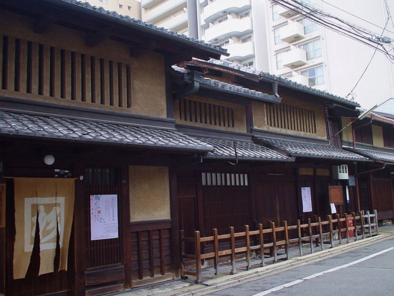 Machiya at Gion, maiko town. If you are lucky, you may see maiko walking on the street. You will find how the machiya was built with my illustration.