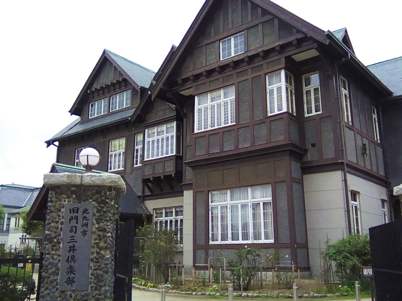 There are lots western style buildings which were built in the beginning of 20th century in Moji.