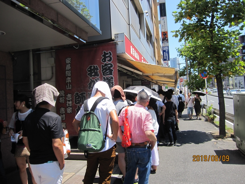 Even on a hot summer day, more than thirty ramen lovers are waiting to enter.