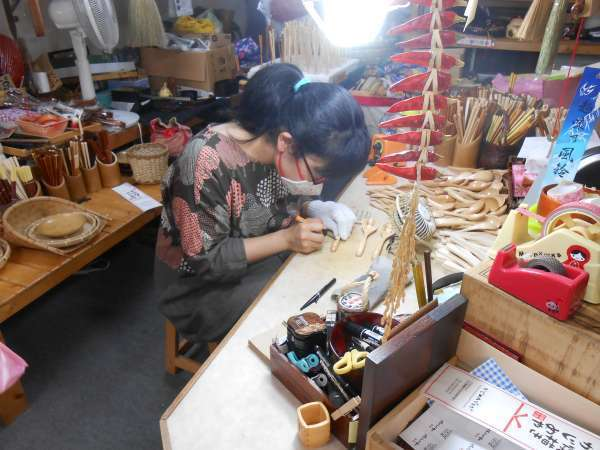 Writing your name service for customers at a Wajima lacquerware shop.