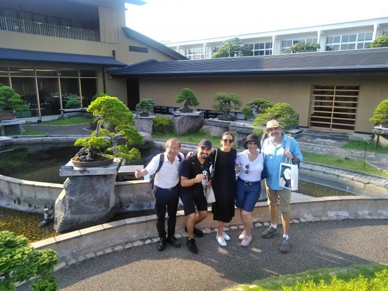 Con mis clientes amistosos en el museo de Arte de Bonsái de Omiya
