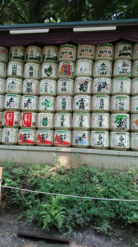 Les tonneaux de saké au sanctuaire shinto de Meiji