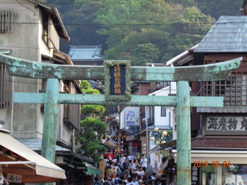 Insel Enoshima :  Enoshima-Schrein ist mit der Benzaiten-Verehrung verbunden und geht auf das 9. Jahrhundert zurück.