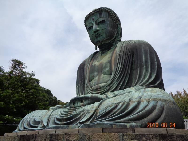 Große Buddhastatue, in sitzender Meditationshaltung. Seine Hände ruhen in seinem Schoß, dabei sind die Zeigefinger aufgerichtet und bilden durch die Berührung der Daumen zwei Dreiecke.