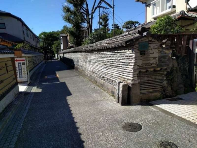 Old Japanese-style wall during 17th -18th century in Yanaka area .