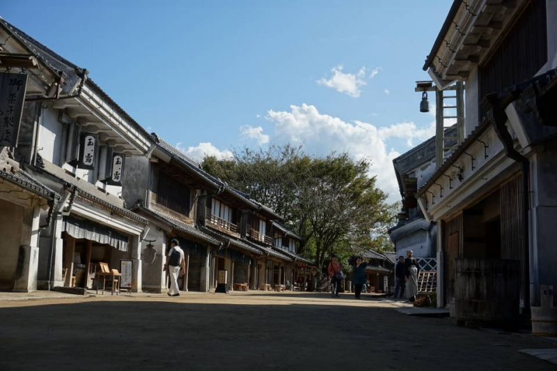 You can put yourself in the middle of Edo period by strolling in a  merchant house street