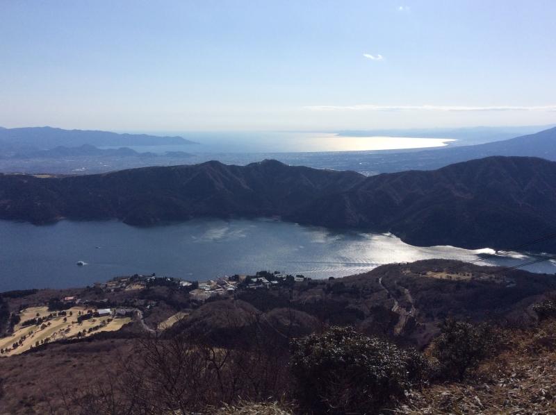 Vista al Lago Ashi y Océano Pacífico desde la cima del Mt. Komagatake
