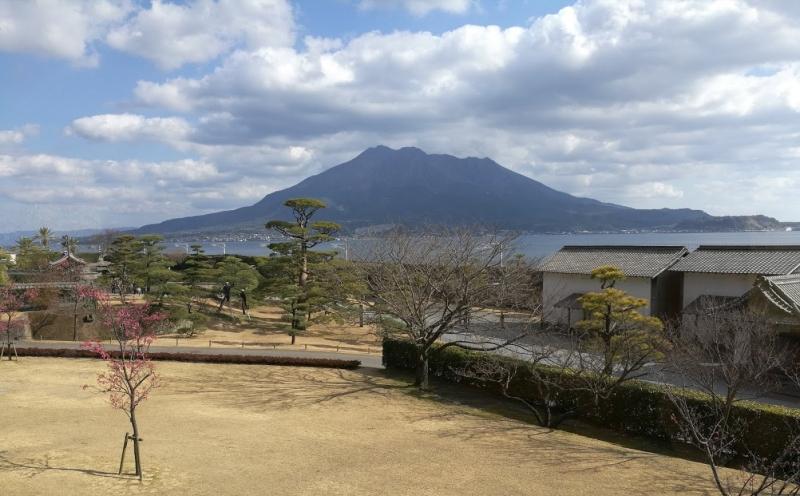 從仙巌園的餐廳二樓可遠眺櫻島火山