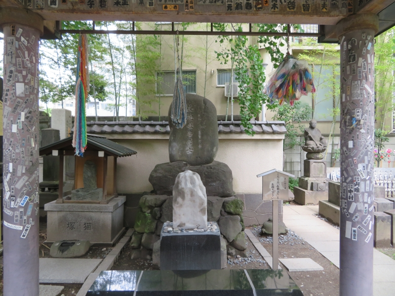 The grave of the robber Nezumi Kozou (small mouse man) in Ekouin Temple. Many visit his grave to pray for good luck.