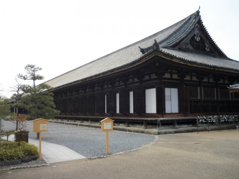 Sanjusangengendo, Hall of 33 spaces between pillars.