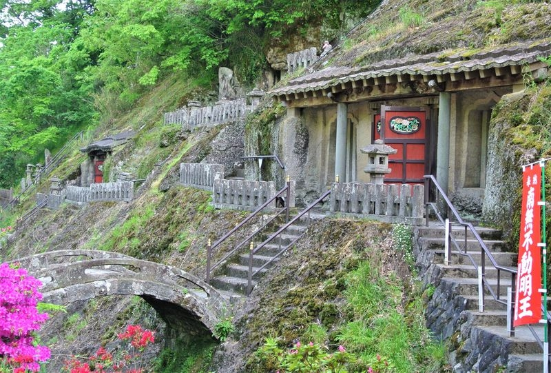 This hut houses 500 different stone Buddha statues, which are dedicated to workers for the mine shafts.