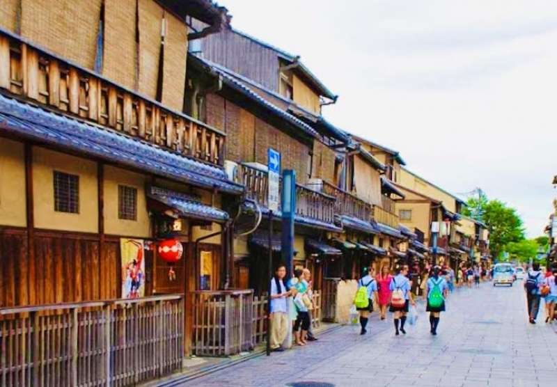 Gion area. If Kyoto means tradition in Japan, Gion means tradition in Kyoto. You will know what I mean as we walk next to the facades of the Machiya houses, the Shirakawa canal, or the Hanamikoji and Shijo streets. Japan, and even more Kyoto, when it comes to aesthetics on the streets; is not about flashy signs or heavy ornaments, but rather austerity and discretion. Therefore I would like to point you out many details sometimes not easy to perceive at a first sight.