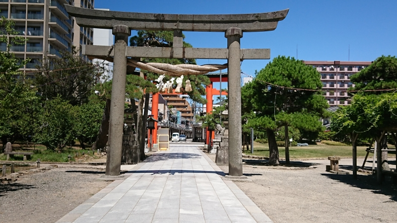 A torii gate of Hakusan Shrine and the entrance of Furumachi arcade