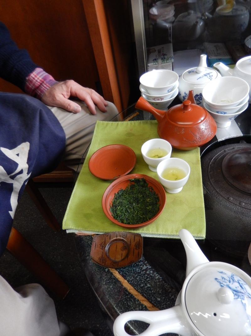 If you buy some tea leaves, you can chat with tea master(?). This picture shows small tea corner in a tea leaf shop when the tea shop master offered tea.