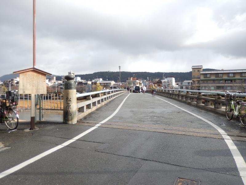Matsubara bridge used to be Gojou bridge because Matsubara street used to be Gojou street. There was a very famous story of fighting on tihs bridge between Ushiwakamaru and Benkei who had big influence to end aristocatic period Heian.