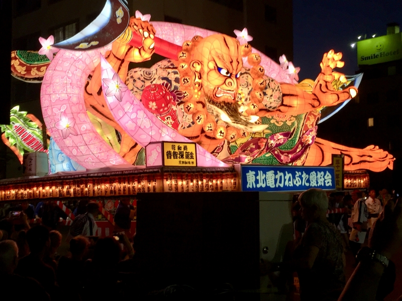 In the Warasse Nebuta Museum, you can see some big 'Nebuta' lantern floats made of paper and wire with lots of light bulbs inside. The pictures often depict the heroes of old Japanese and Chinese historical events. The Nebuta Festival is held every year from August 2 to 7 and attracts nearly 3 million visitors from home and abroad.