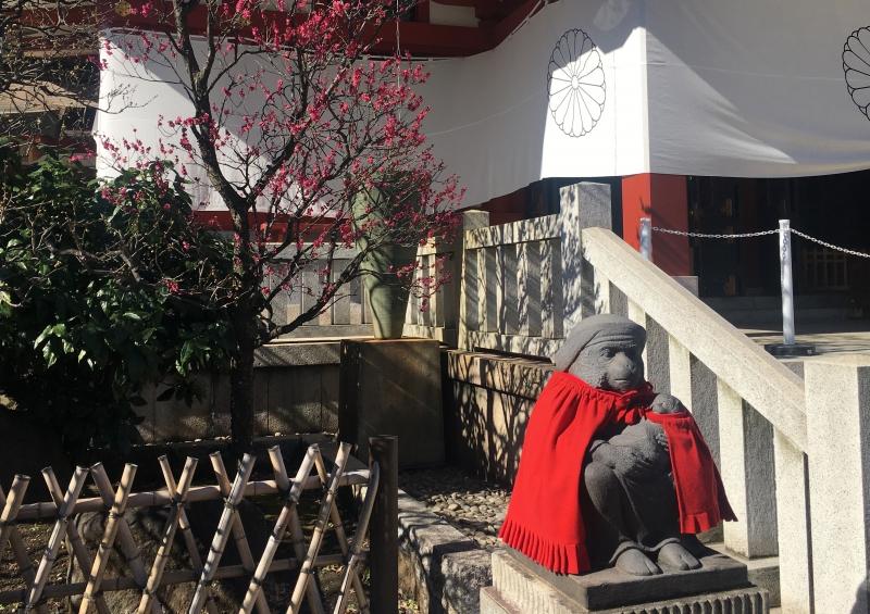 Mom monkey statue (Hie Jinja Shrine)