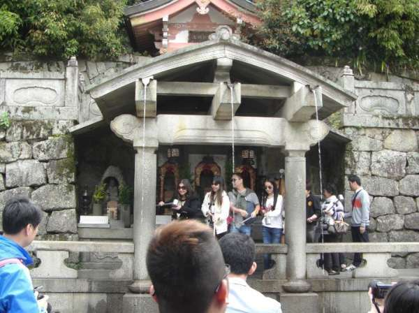 Many visitors line up to drink sacred pure water for expecting some divine blessing.