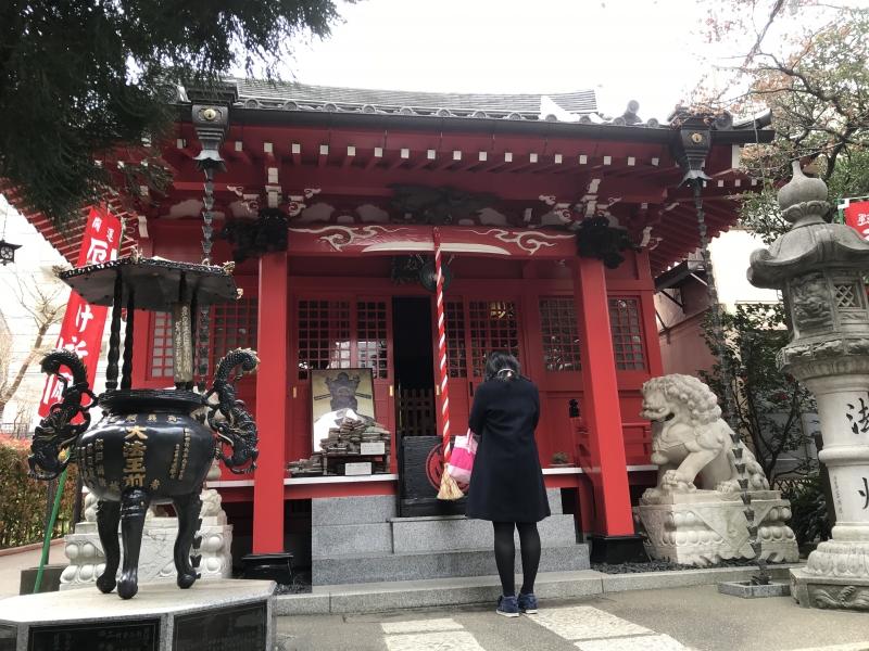 A young lady was praying at a local temple of Kon'nyaku-Emma, Genkakuji