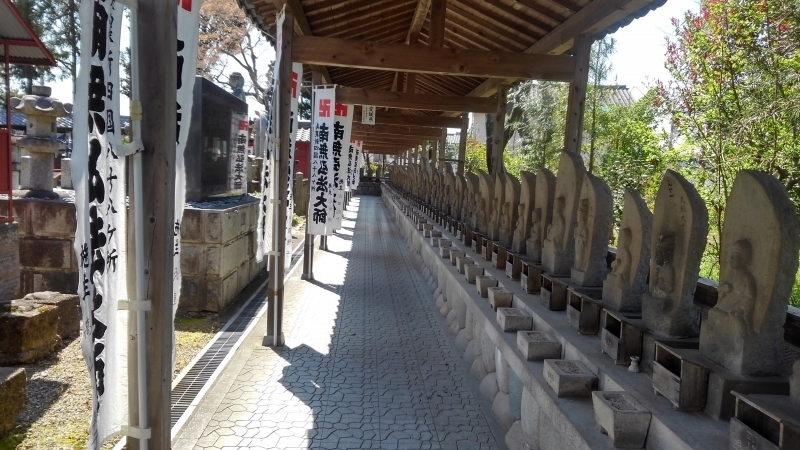 you can also see many small stone Buddha statues