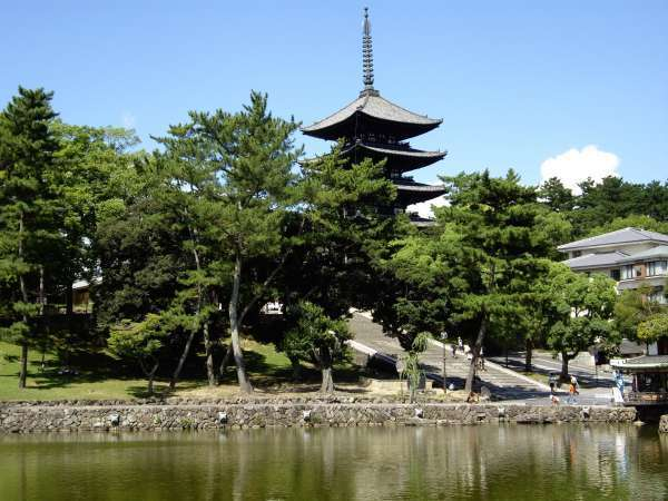 This is Kofukuji-temple. It is a symbol of Nara and photogenic.