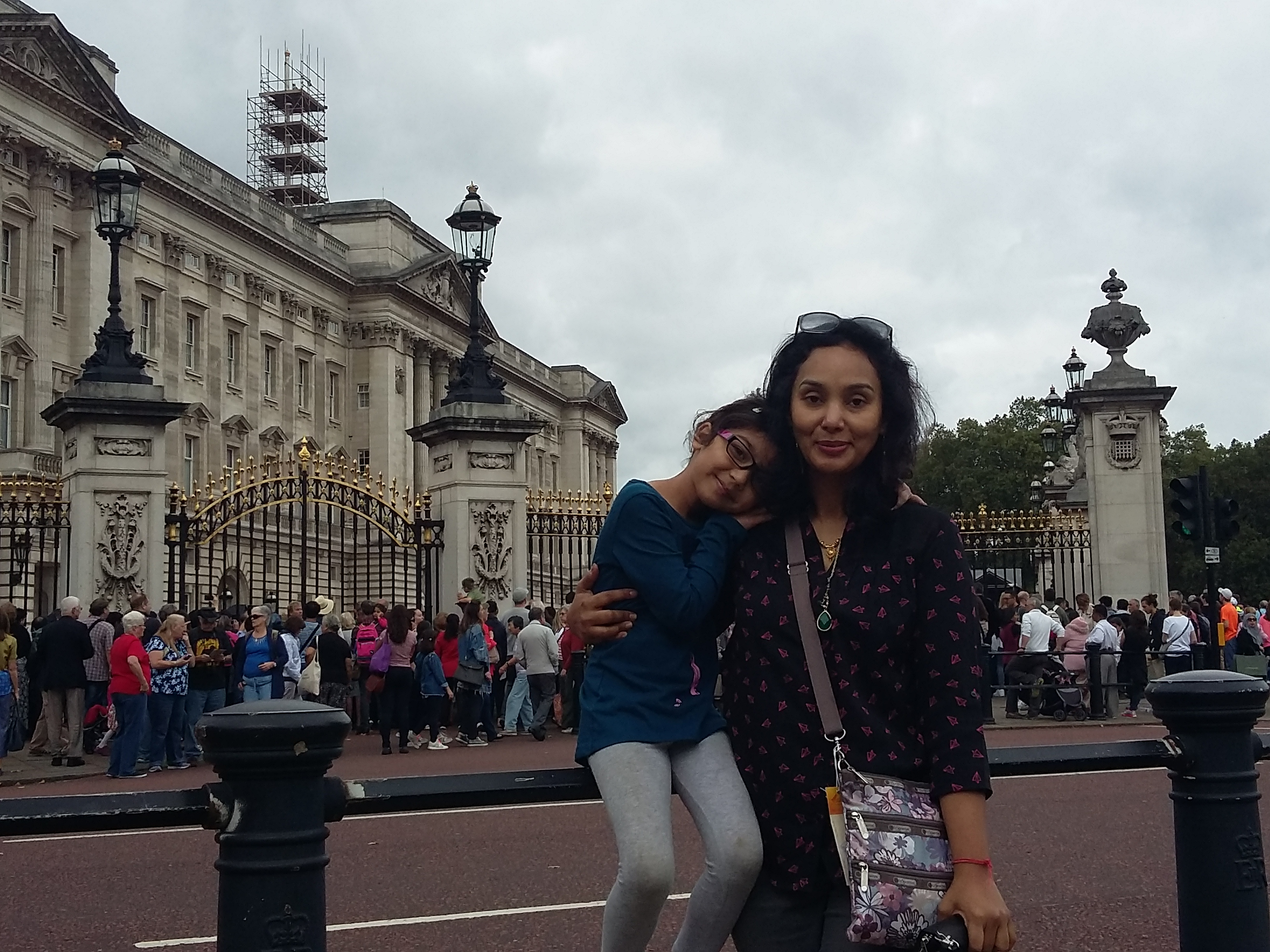 Tourists in front of Buckingham Palace