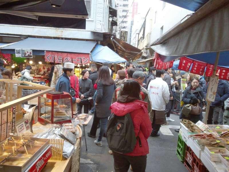 Hustle and bustle in Tsukiji Market