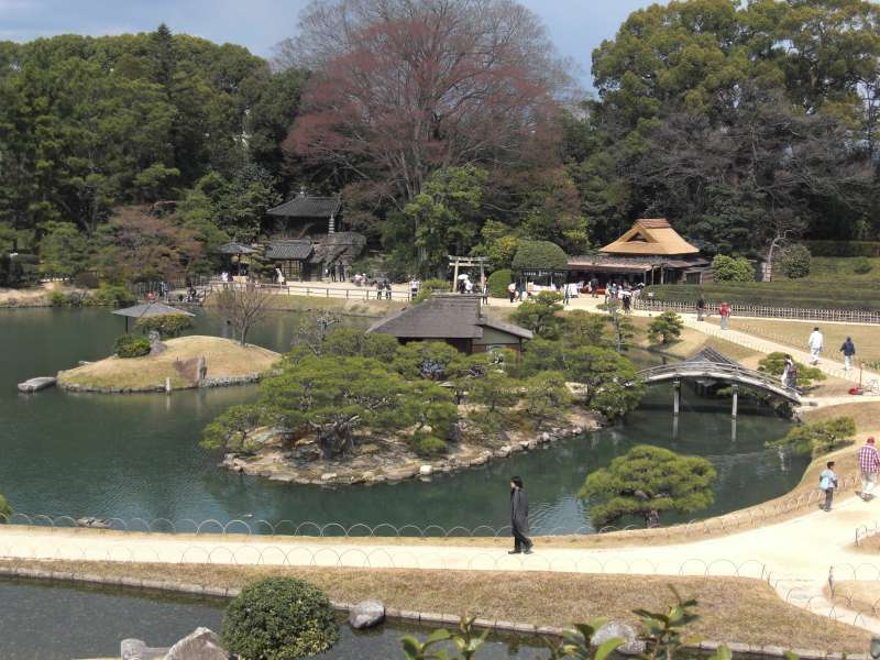 Swa-no-ike pond, the largest pond, and naka-no-shima island in the garden